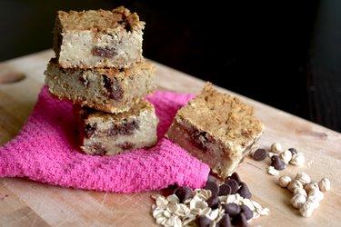 Zdrowe białe brownie z ciecierzycy