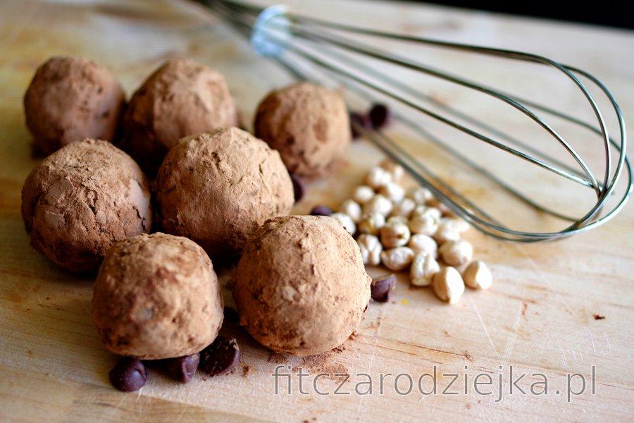 Kulki z ciecierzycy w kakaowej posypce (bezglutenowe)
