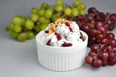 Lekka sałatka winogronowa z kwaśną śmietaną