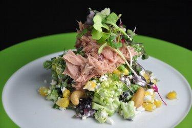 Sałatka z brokułów z twarożkiem, tuńczykiem i kukurydzą