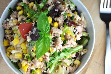 Zdrowa sałatka makaronowa z tuńczykiem