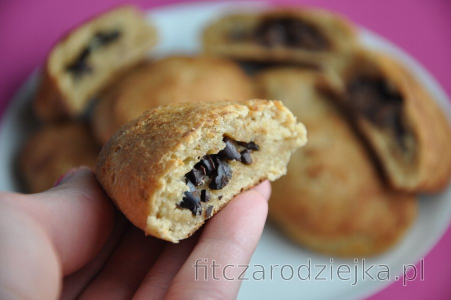 Pełnoziarniste ciasto z nadzieniem czekoladowym i ziarnami kakaowca — Pain au chocolat