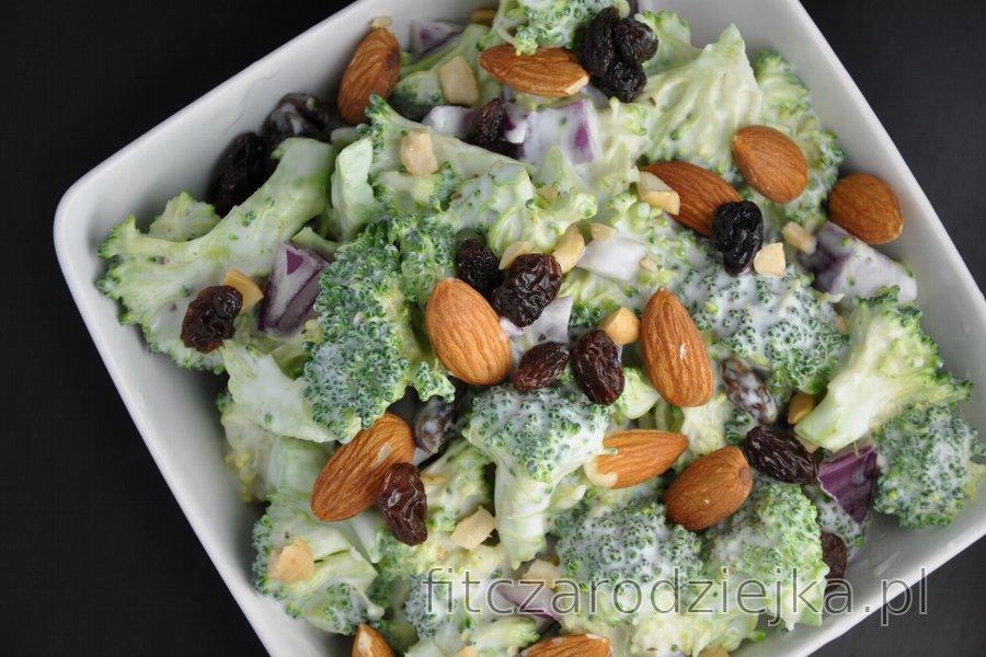 Zdrowa sałatka brokułowa z rodzynkami i migdałami