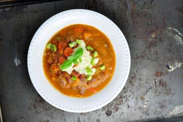 Gęsta zupa fasolowa ze słodkimi ziemniakami