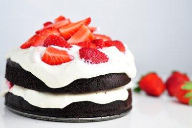 Ciasto kakaowe z kremem twarogowym i truskawkami  (bez mąki)