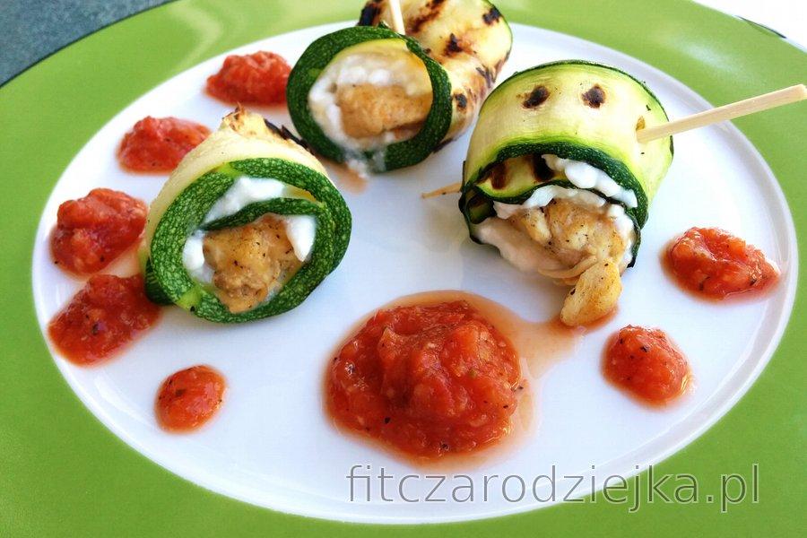Roladki z cukinii z twarożkiem i sosem pomidorowym