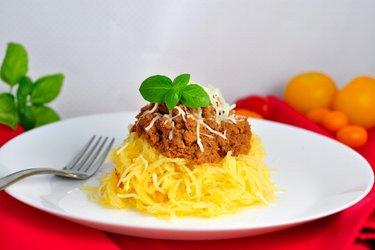 """""""Spaghetti"""" z dyni z mielonym indykiem w sosie pomidorowym"""