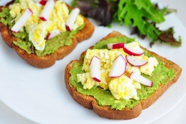 Zdrowe grzanki z awokado, jajecznicą i rzodkiewką
