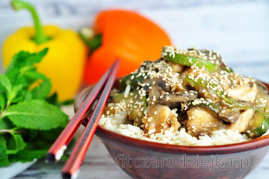 Dietetyczne piersi z kurczaka z cukinią, pieczarkami i nasionami sezamu