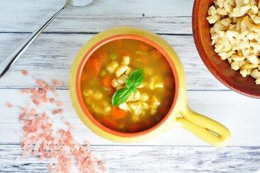 Zdrowa zupa z marchewkami, groszkiem i gnocchi z ciecierzycy