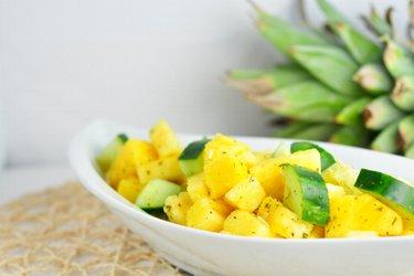 Orzeźwiająca sałatka z ananasem i ogórkiem