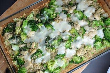Pieczona komosa ryżowa z brokułami i kurczakiem