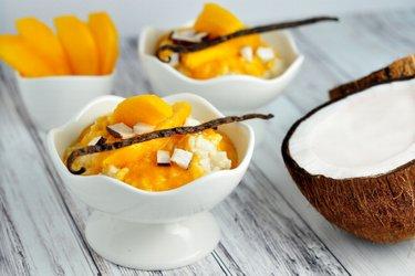 Zdrowy waniliowy ryż na mleku z mango