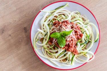 """""""Spaghetti"""" z cukinii w sosie z tuńczyka"""