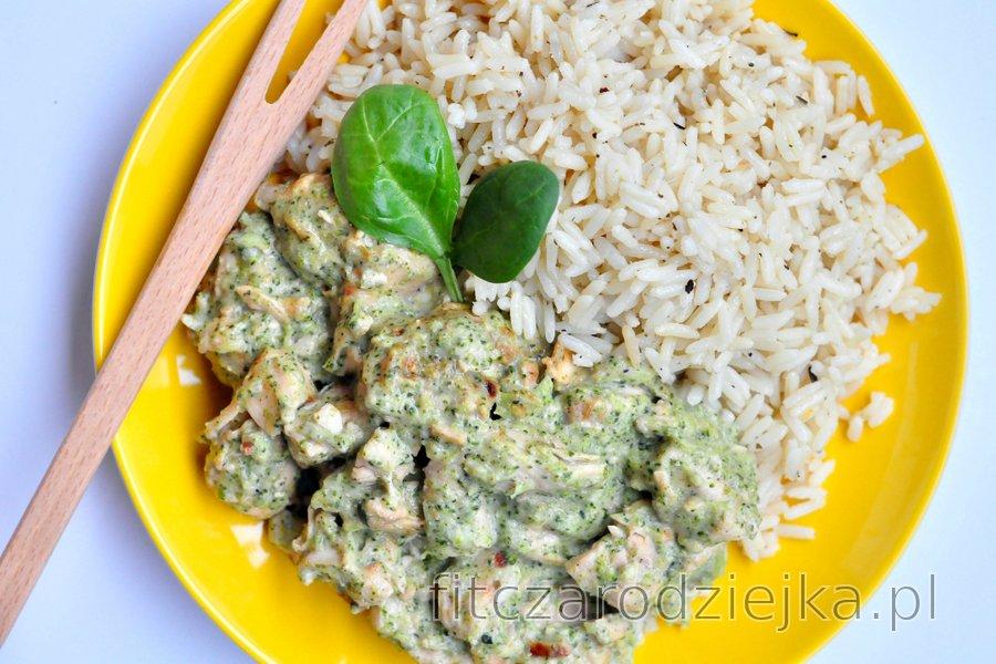 Dietetyczny kurczak saute z sosem z brokułów i sera pleśniowego
