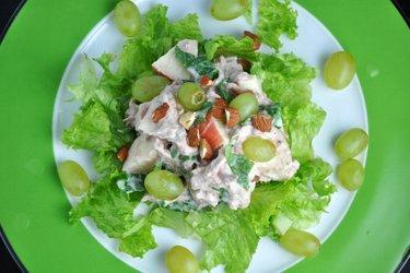 Zdrowa warzywno-owocowa sałatka z tuńczykiem