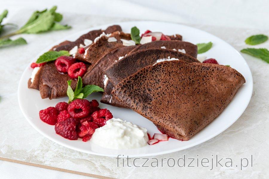 Orkiszowe naleśniki czekoladowe z ricottą i gorącymi malinami