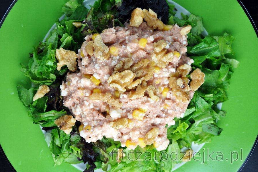 Sałatka z tuńczyka z serkiem wiejskim, kukurydzą i orzechami włoskimi