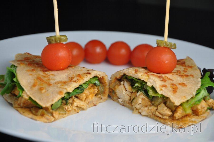 Zdrowy Strogonow z kurczaka w domowych, pełnoziarnistych tortillach serowych