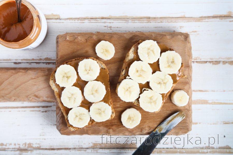 Tosty pełnoziarniste z bananem i masłem orzechowym