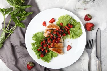 Proste grillowane piersi z kurczaka z bazylią i truskawkami