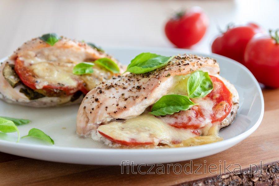 """Pieczone piersi z kurczaka """"caprese"""" z pomidorami, bazylią i mozzarellą"""