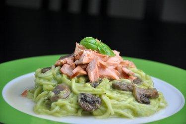 """""""Spaghetti"""" z cukinii z łososiem w kremowym sosie awokado (zoodles)"""