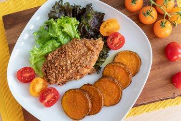 Dietetyczny pieczony sznycel z batatami
