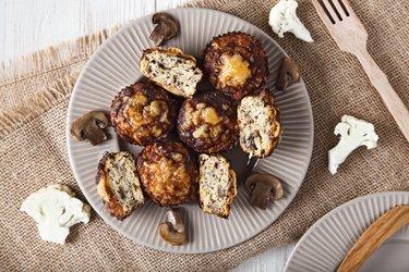 Lekkie muffinki kalafiorowe o smaku pizzy