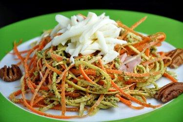 """Marchewkowo-pietruszkowe """"spaghetti"""" z pesto z bazylii"""