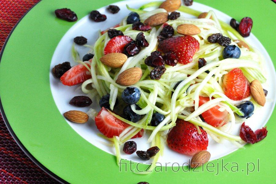 Lekka sałatka z cukinią i owocami z sosem limonkowym